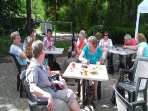 Thee drinken op een terrasje in Sellingen. ( mei 2014 )